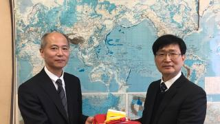 Mr. Takashi Koya received the flag and pennant from Dr. Dae-Yeon Moon